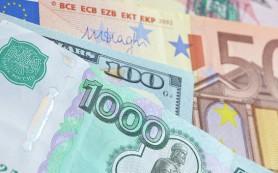 Рубль снижается на 12 копеек к доллару и растет на 9 копеек к евро