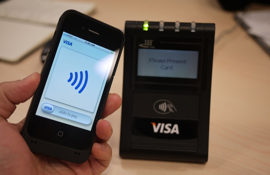 Visa и QIWI объявили о массовом запуске бесконтактной оплаты с помощью смартфона