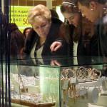 Дума одобрила запрет покупать дорогие украшения без предъявления документов