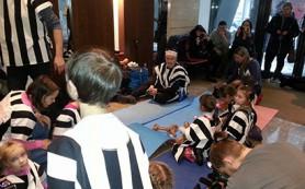 Валютные ипотечные заемщики привели детей в тюремных робах к офису банка «ДельтаКредит»