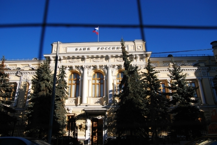 Центробанк повысил курс рубля к доллару и евро