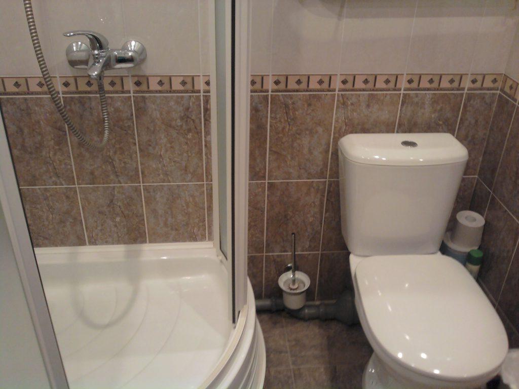 Установка душевой кабины и раковины в ванной