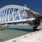 Строители начали установку арки Крымского моста