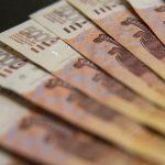 Названы верхний и нижний пределы курса рубля к доллару и евро