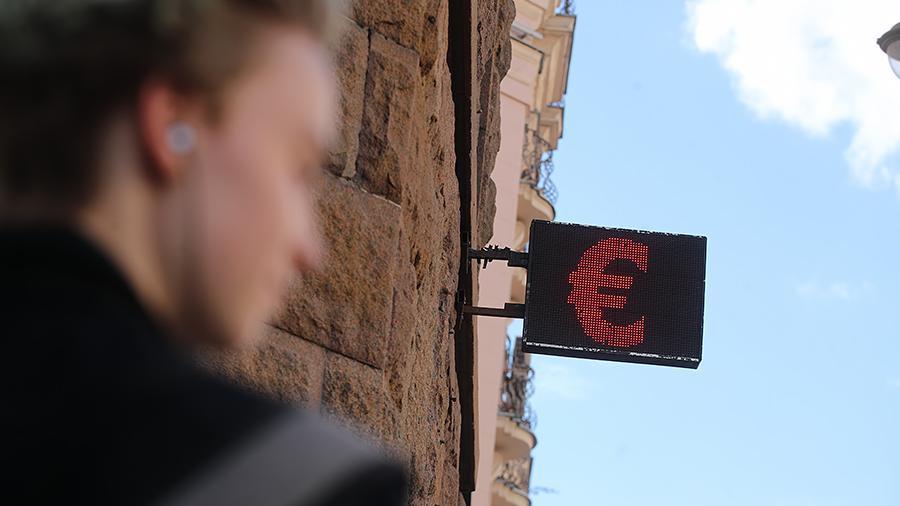 Курс евро опустился ниже 75 рублей впервые с конца 2018 года