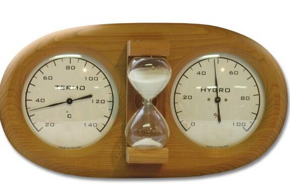Термометр и песочные часы, как необходимые аксессуары в бане