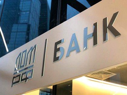 Рубль слабо меняется к доллару и евро на старте торго