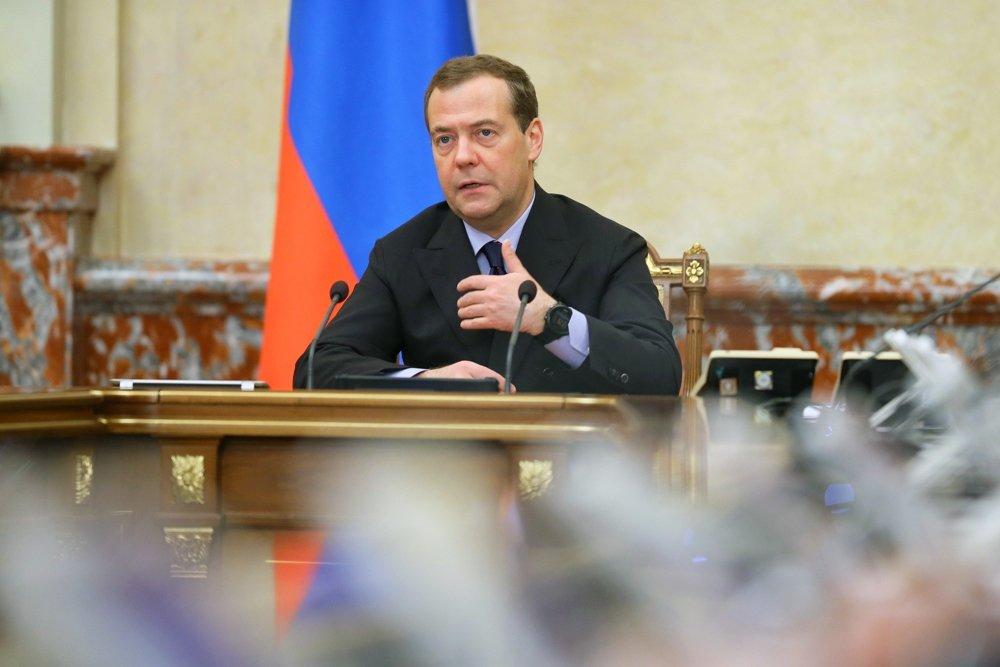 Медведев потребовал немедленно погасить долги по зарплатам в госучреждениях