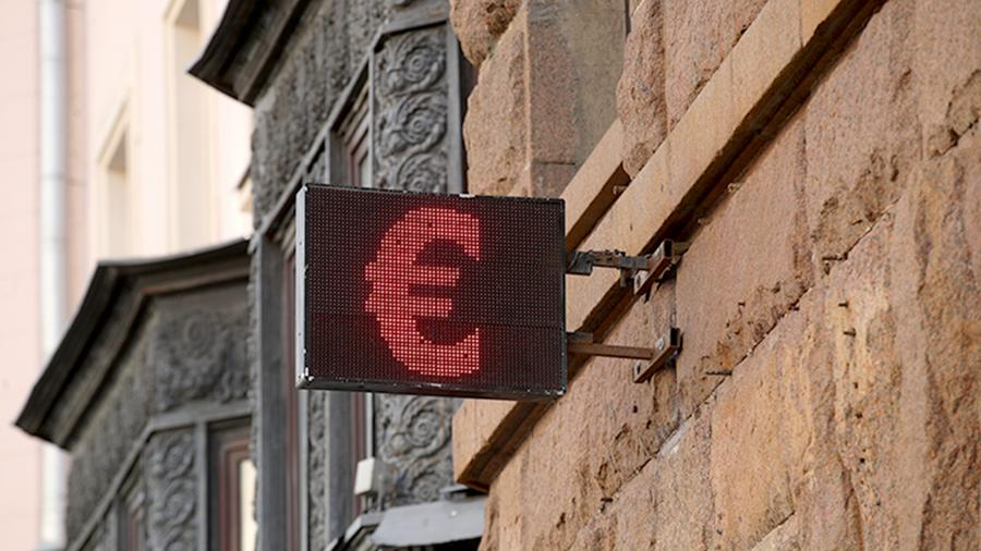 Евро превысил отметку 73 рубля впервые с начала апреля