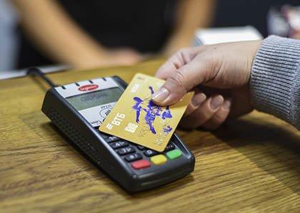Крупные банки начали заменять рубли на бонусы при кешбэке