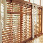 Изысканный интерьер с деревянными жалюзи от компании «Лидер жалюзи»