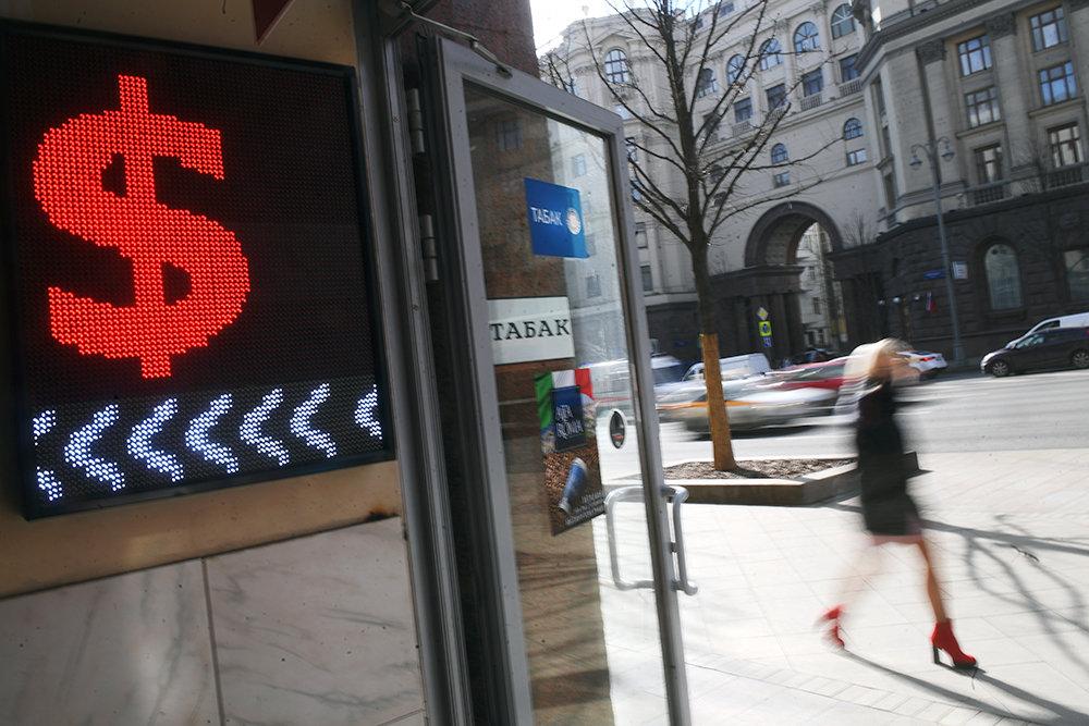 Названы вероятные уровни снижения рубля к доллару и евро