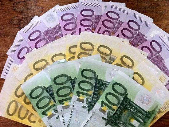 Доллар и евро незначительно подешевели по итогам основной валютной сессии