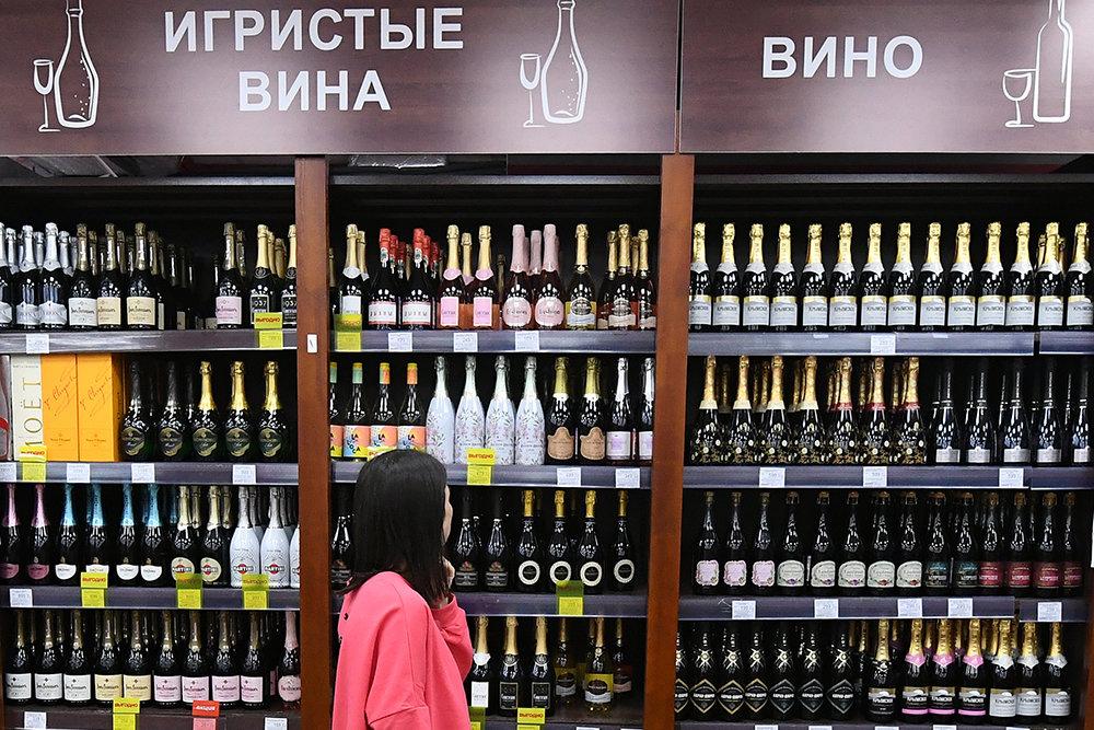 Продажу алкоголя в новогодние праздники предложили ограничить