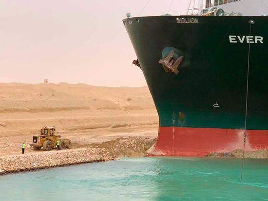 Застрявший в Суэцком канале контейнеровоз затормозил мировую торговлю