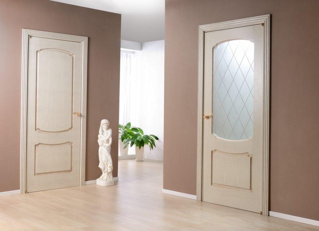 Для каких интерьеров приобретают двери со стеклом?