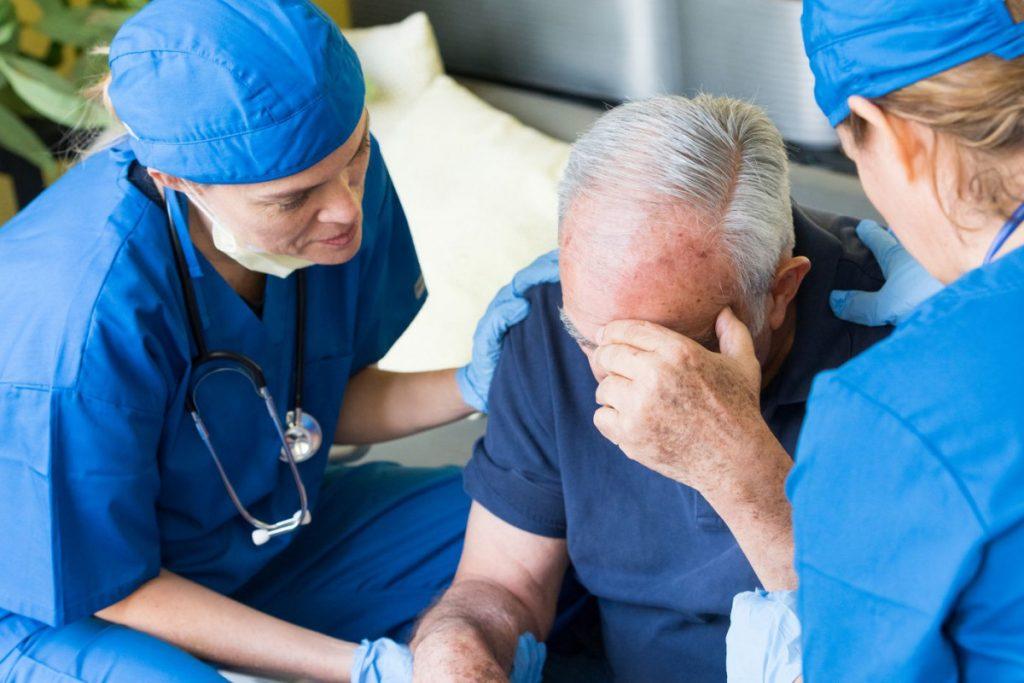Признаки и первая помощь при инсульте
